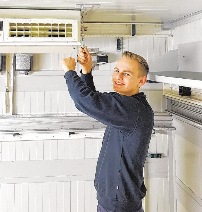 Die Firma Schnoor engagiert sich stark in der Berufsausbildung: Azubi Leon Holst bei der Montage einer Klimaanlage.