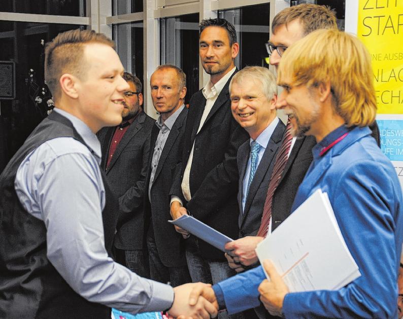 Auch im Namen seiner Prüfer-Kollegen gratuliert Andre Brockstedt Merlin Dennis Urban.