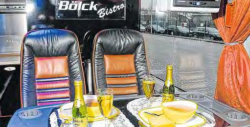 Der Bistrobus – ein Fünf-Sterne First Class Bus mit Panoramaglasdach, einem Audio-Kommunikationssystem, 50 Schlafsesseln im Oberdeck und einem exklusiven Bistro im unteren Bereich. Alle Reisen mit diesem Bus werden mit Stewardess durchgeführt. FOTOS: BÖLCK