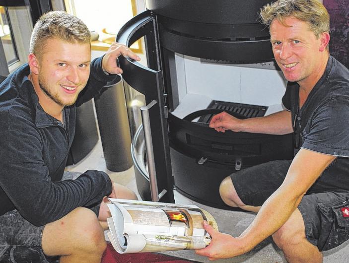 Ob mit Gas oder Holz: Benjamin und Dirk Folster (v.li.) sorgen für Behaglichkeit. FOTO: PA