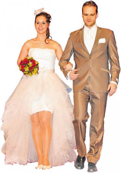 """Bei der Modenschau der """"Herz an Herz"""" werden schöne Hochzeitsoutfits gezeigt."""