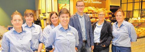 Kirsten und Stefan Sköries freuen sich mit ihrem Sereetzer Team über den gelungenen Umbau.Daniela Baer leitet den Postshop im famila Markt in Sereetz.