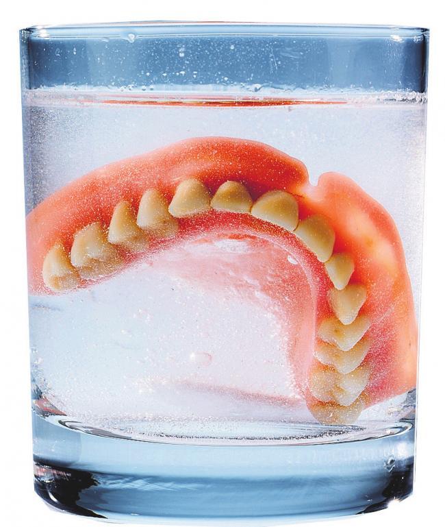 Auch bei den dritten Zähnen kommt es auf die tägliche Hygiene an.FOTO: ERWIN WODICKA/FOTOLIA