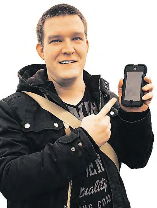Torben Hätti zeigt den iPod, mit dem er den Neurostimulator steuert. Die Nutzeroberfläche ist vergleichbar mit der anderer Smartphone-Apps. Über sie kann er genau einstellen, wo die Schmerzen am stärksten sind. FOTOS: H. SCHÖTTELNDREIE
