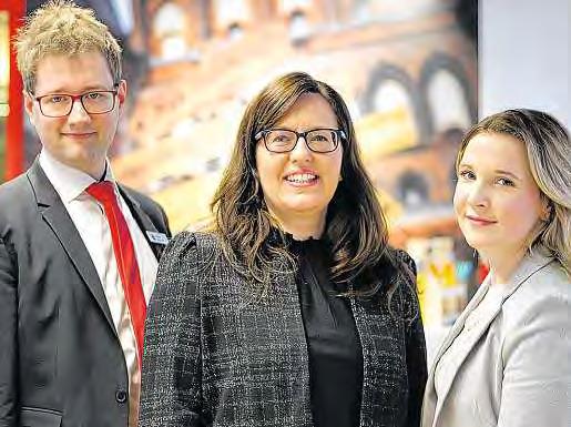 Philipp Weihrauch und Maja Thormählen gemeinsam mit Nina Gutteck (Mitte), die für die Ausbildung und Personalentwicklung bei der Sparkasse zu Lübeck zuständig ist.FOTOS: PHILIPP AISSEN