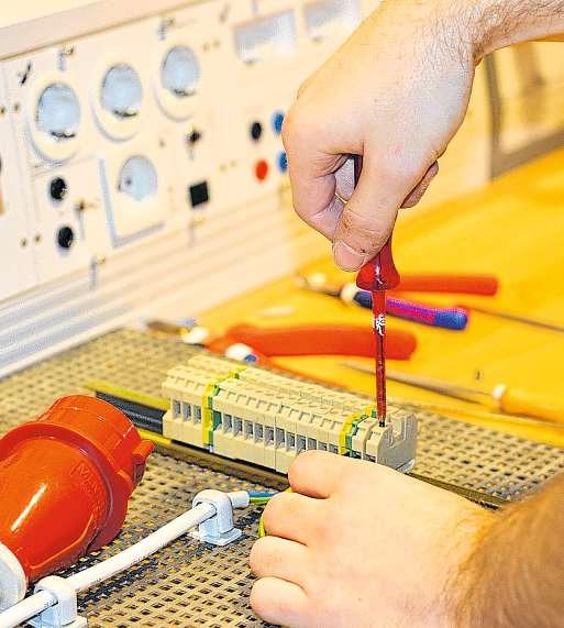 Die Ausbildung zum Elektroniker für Betriebstechnik erfordert viel Feinmotorik. FOTOS: PHILIPP AISSEN