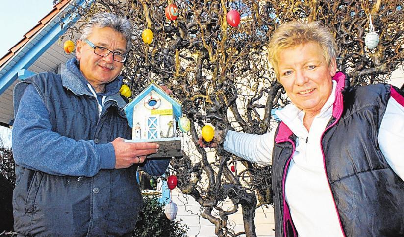 Noch tätigen Angelika und Henning König letzte Handgriffe. Ab Ostern wird es dann stimmungsvoll am Kanal. FOTO: PA