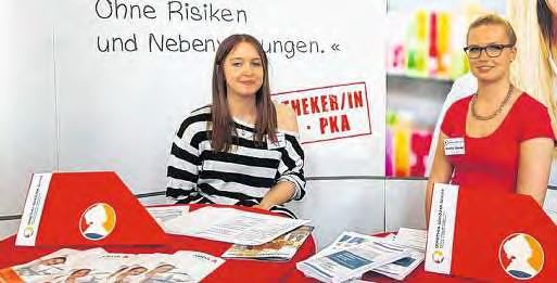 Bei der Orientierungsschau Berufe in St. Petri präsentierten Jule Blunck (li.) und Nordika Steckel den Beruf der Pharmazeutischkaufmännischen Angestellten. FOTO: HFR