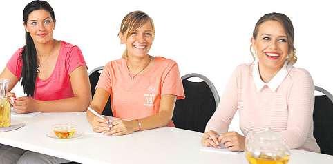 Die Kosmetikerinnen Melina Dambrowski, Elisabeth Felde und Jacqueline Evers bei einer Schulung im Beauty Concept Spa.FOTO: BEAUTY CONCEPT SPA