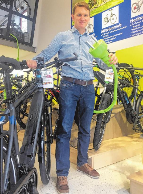 Unplugged war gestern. Achim Geller-Brünjes (Zweirad Wöltjen) weiß, dass immer mehr Radler auf das E-Bike umsteigen. FOTO: SÖD
