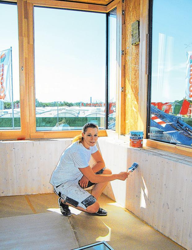 Letzte Pinselstriche im Neubau der Stadtwerke Neustadt in Holstein: Malerin Anica Wollmer im künftigen Besprechungsraum.               FOTOS: BERND GERWANSKI