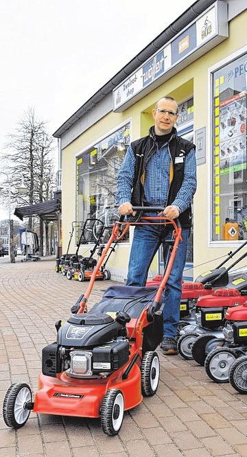 Jörg Schöning berät rund um Rasenmäher. FOTO: GRAAP