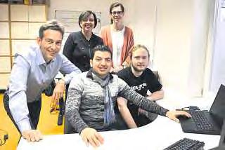 Firmenchef Holger Frank, die Vermittlerinnen Carmen Lindner sowie Susanne Wilke und auch Kollege Felix Martin freuen sich, dass Muhamed seinen Traumberuf gefunden hat.