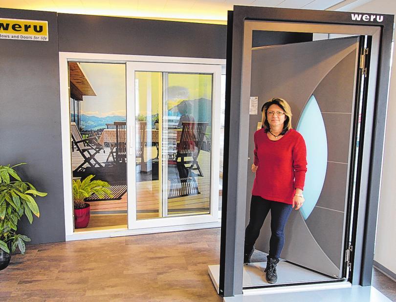 Mitarbeiterin Bettina Bez von Kruse & Reger zeigt in der großen Ausstellung eine einbruchsichere Tür der Firma Weru. FOTO: TORNOW