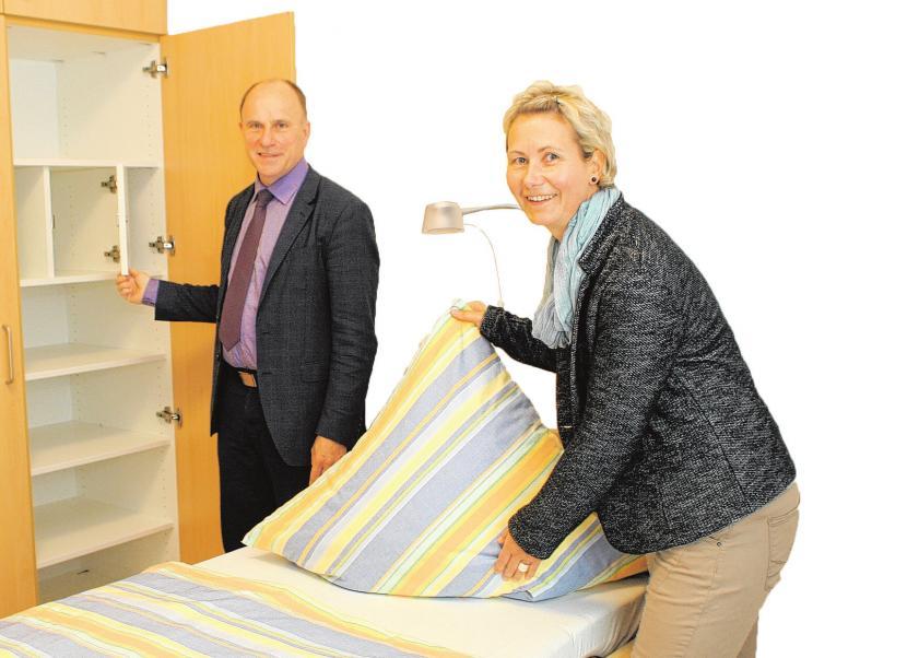 Das Musterzimmer gefällt Fred Mente, Geschäftsführer der Vorwerker Diakonie, und Einrichtungsleiterin Katrin Drochner gut. Künftige Bewohner können ihre Räume natürlich mitgestalten.