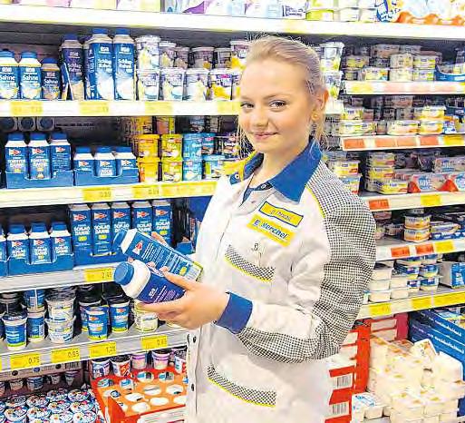 Desireé Thurau hat bei den Molkereiprodukten einen guten Blick für eine ansprechende Präsentation der Ware. FOTOS: MPA