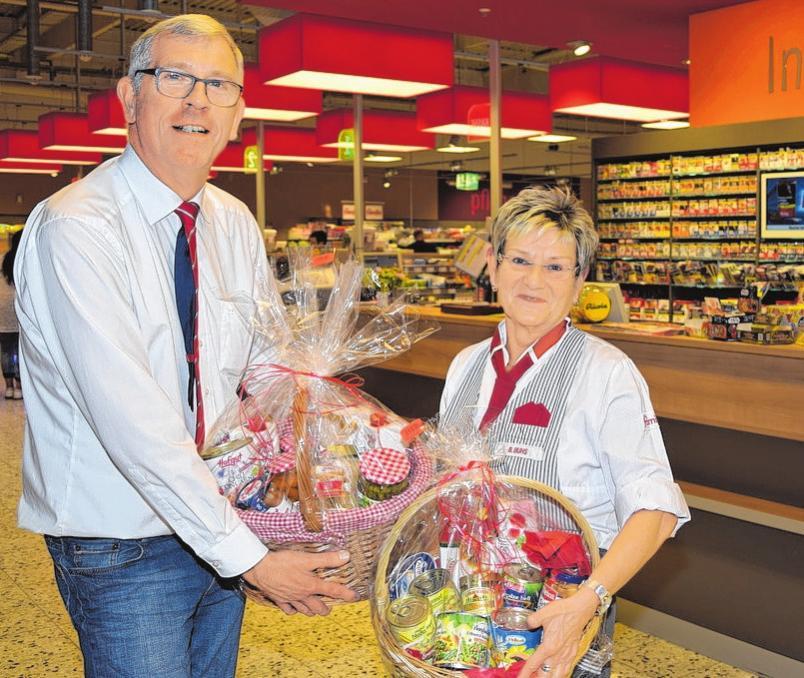Warenhausleiter Peter Bünning und Mitarbeiterin Beate Buhs sind stolz auf die rundum erneuerte Optik des Marktes. FOTO: KG